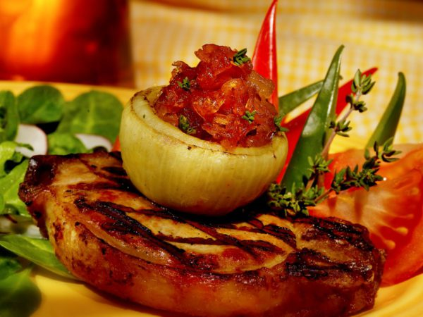Recette — Côtelettes aux oignons caramélisés à l'érable