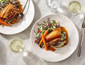 Flanc de porc braisé au sirop d'érable, carottes glacées à l'érable et salade de choix au vinaigre d'érable