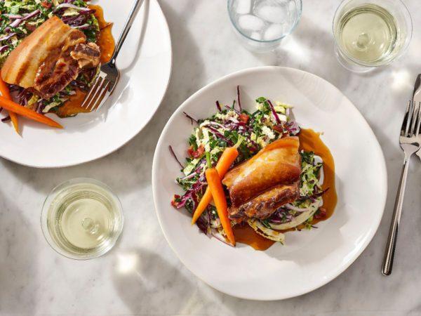 Recette — Flanc de porc braisé au sirop d'érable, carottes glacées à l'érable et salade de choix au vinaigre d'érable