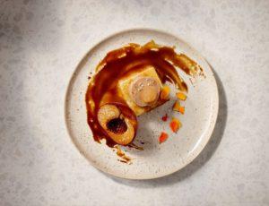 Foie gras au torchon, gel d'érable, pêches caramélisées au sucre d'érable et au Sortilège
