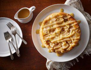 Gâteau renversé aux pommes garni d'une sauce à l'érable
