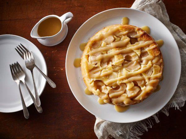 Recette — Gâteau renversé aux pommes garni d'une sauce à l'érable
