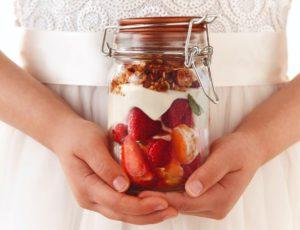 Petits pots de gâteau au fromage et à l'érable, fruits frais et crumble aux amandes