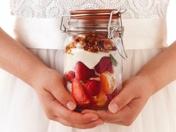Recette — Petits pots de gâteau au fromage et à l'érable, fruits frais et crumble aux amandes