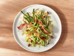 Salade d'asperges et de serrano à la crème d'amandes, vinaigrette érable et moutarde