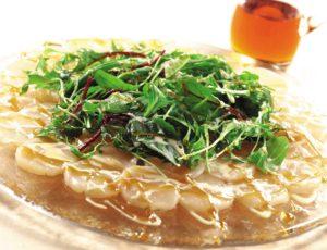 Salade de carpaccio de pétoncles, sauce crémeuse à l'érable