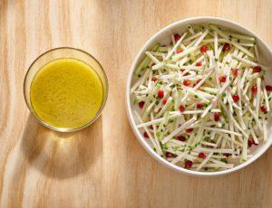 Salade de céleri-rave, pomme verte (Granny Smith) et grenade, vinaigrette érable et fleur d'ail