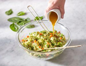 Salade d'orzo et de poulet au curcuma et à l'érable