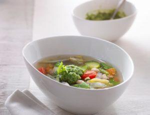 Soupe au bouillon de légumes et eau d'érable avec pistou de beurre d'érable