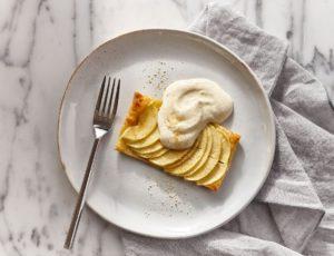 Tartelettes fines aux pommes et au sucre d'érable, crème légère au poivre des dunes et à l'érable
