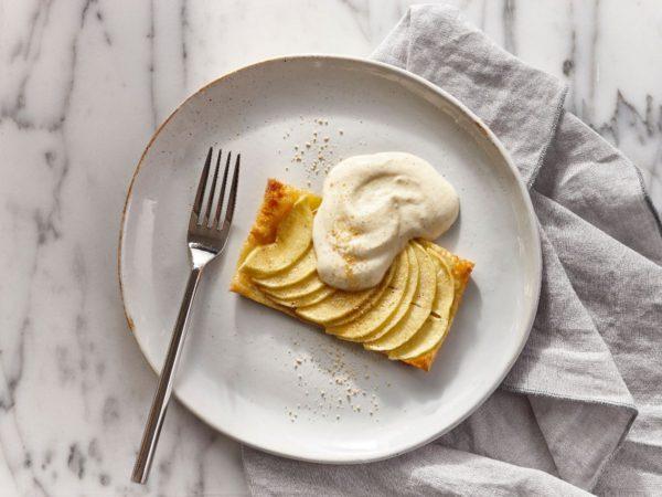 Recette — Tartelettes fines aux pommes et au sucre d'érable, crème légère au poivre des dunes et à l'érable