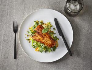 Filets de truite laqués au sirop d'érable et à la sauce soya,  salade de légumes croquants au vinaigre d'érable et à la moutarde