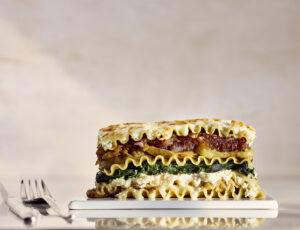 Lasagne fromagée aux aubergines rôties, aux épinards  et aux oignons caramélisés à l'érable